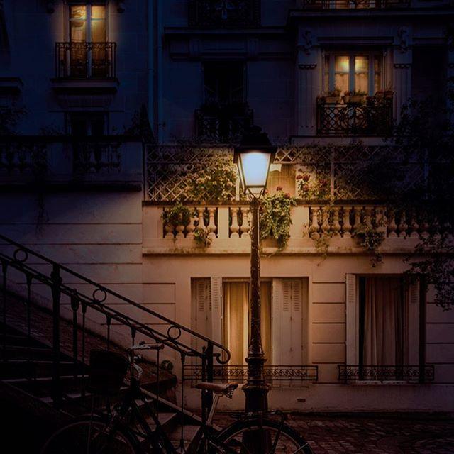 昼から夜のレタッチ。光の調整は、トーンカーブの明暗を分けてマスクしていく。夜は1枚目、昼(元画像)は2枚目。 - from Instagram
