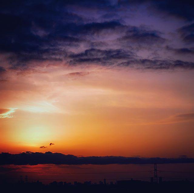 夕焼けのショットとレタッチ。暗雲とのバランスが良かった。 - from Instagram